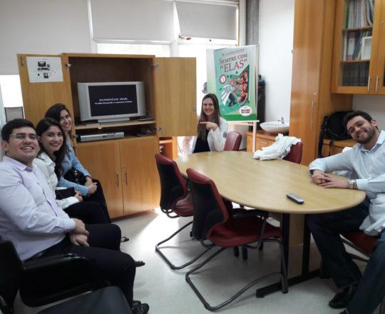 """Os Estagiários de DST de setembro de 2017, durante a apresentação do Documentário """"A Situação Atual da Hanseníase no Brasil"""", produzido pelo CEADS."""