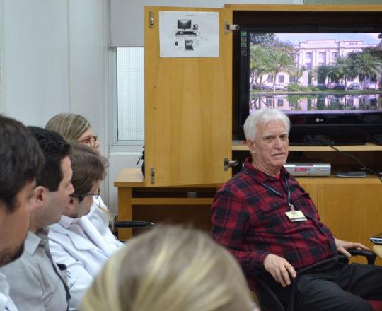 """O Prof. Dr. Luiz Jorge Fagundes, Coordenador Científico do CEADS e os Estagiários de outubro de 2017, durante a Palestra sobre """"Doenças Sexualmente Transmissíveis""""."""