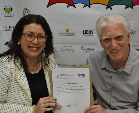 O Prof. Dr. Luiz Jorge Fagundes, Coordenador Científico do CEADS, no momento da entrega do Certificado de Palestrante Coordenadora do 70 Fórum de Debates do CEADS à Profa. Dra. Raquel Leão Orfali.