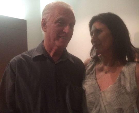 """O Prof. Dr. Luiz Jorge Fagundes, Coordenador Científico do CEADS, o lado da cantora Zizi Possi, durante o Show """" A Flor da Pele""""."""