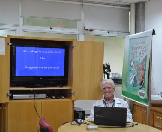 """O Prof. Dr. Luiz Jorge Fagundes, Coordenador Científico do CEADS , durante a Palestra sobre as Diferenças ente """"Abordagem Sindrômica e Diagnóstico Clínico e Laboratorial das DST""""."""