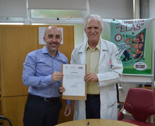 O Prof. Dr. Luiz Jorge fagundes, Coordenador Científico do CEADS, no momento da entrega do Certificado de Palestrante ao Prof. Gustavo Ferreira Castelo Branco, Membro do Conselho Fiscal do CEADS.