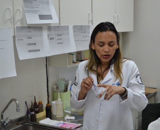 A Profa. Fátima Morais, Colaboradora do CEADS e os Estagiários de DST de outubro de 2017, durante a apresentação do acervo de lâminas do CEADS.