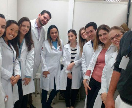 A Biomédica Fátima Morais, a Dra. Nathalia Targa Pinto, Colaboradoras do CEADS, durante a apresentação do laminário do CEADS, aos Estagiários de outubro de 2017.