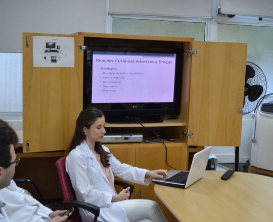 """A Dra. Nathalia Targa Pinto , Colaboradora do CEADS e os Estagiários de DST de outubro de 2017, durante a Palestra sobre """"Farmacodermias"""""""