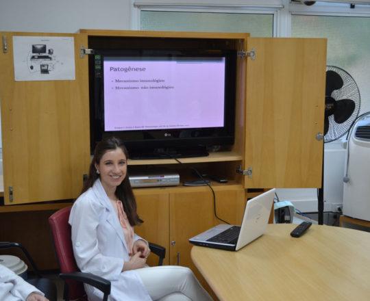 """Os Estagiários de DST de outubro de 2017 e a Dra. Nathalia Targa Pinto, durante a Palestra sobre """"Farmacodermias."""