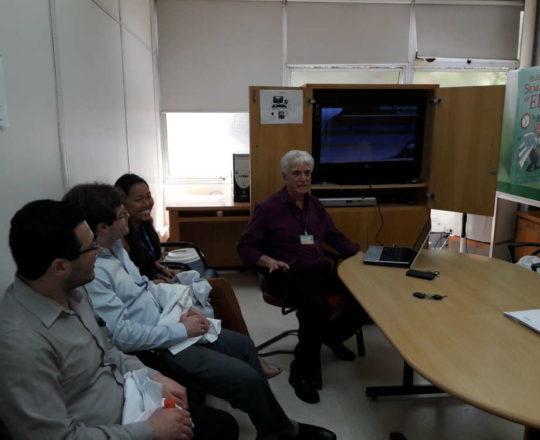"""O Prof. Dr. Luiz Jorge Fagundes, Coordenador Científico do CEADS e os Estagiários de DST de outubro de 2017, durante a Palestra sobre """" A Situação Atual da Sífilis Congênita no Brasil""""."""