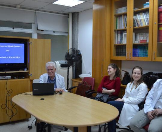 O Prof. Dr. Luiz Jorge Fagundes, Coordenador Científico do CEADS e os Estagiários de DST de novembro de 2017, durante a Palestra sobre Abordagem Sindrômica e Diagnóstico Clínico e Laboratorial de DST.