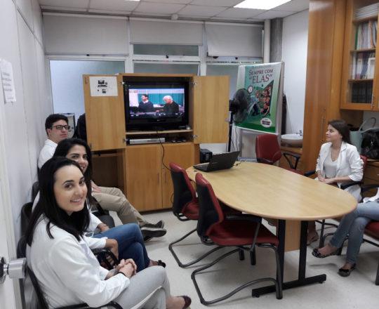 """A Dra. Nathalia Targa Pinto, Colaboradora do CEADS e so estagiários de novembro de 2017, durante a apresentação do Documentário: """"Gestão de Conflitos""""."""