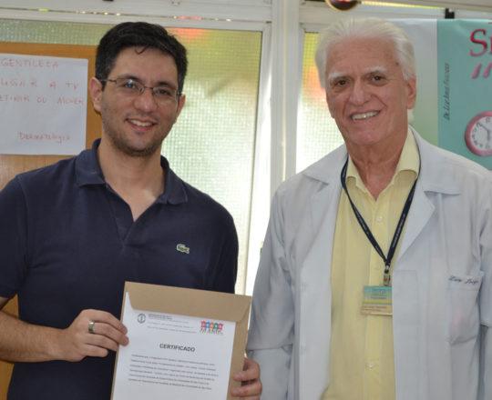 O Prof. Dr. Luiz Jorge Fagundes, Coordenador Científico do CEADS , durante a entrega do Certificado de Palestrante ao Prof. Gustavo Haramura, Secertário do CEADS.