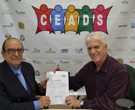 O Prof. Dr. Ival Peres Rosa recebe, das mãos do Prof. Dr. Luiz Jorge Fagundes, Coordenador Científico do CEADS, o Certificado de Coordenador do 71 Fórum de Debates.
