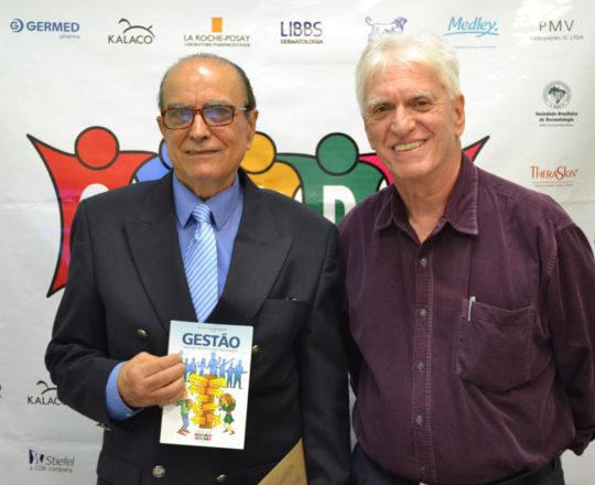O Prof. Dr. Ival Peres Rosa e o Prof.Dr. Luiz Jorge Fagundes,exibem o Livro sobre Gestão Elaborado pelo Grupo de Gestores do CEADS, durante  o 71 Fórum de Debates.
