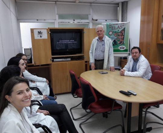O Prof. Dr. Luiz Jorge Fagundes, Coordenador Científico do CEADS e os Estagiários de DST de novembro de 2017, durante a Palestra sobre Hanseníase.