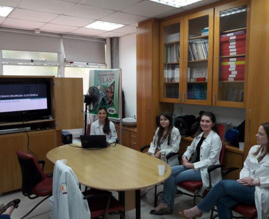 "A Profa. Nathalia Targa Pinto, Colaboradora do CEADS e os Estagiários de DST de novembro de 2017, durante a apresentação da Palestra sobre ""Criocirurgia""."