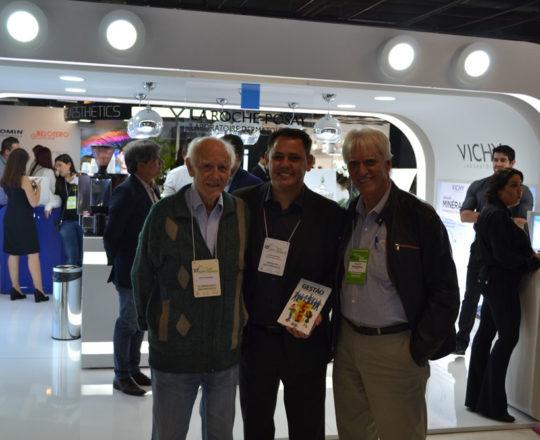 O Sr. Juca Fagundes, Colaborador do CEADS , O Prof. Dr. Luiz Jorge Fagundes, Coordenador Científico do CEADS e o Sr. Cesar Santos, do Laboratório La Roche Posay, durante a 22 RADESP.