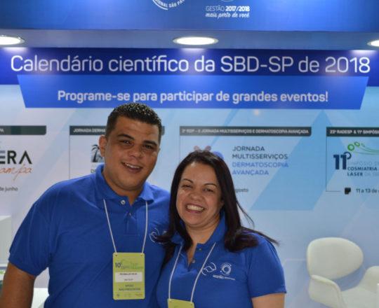 O Sr Reginaldo Silva e a Sra. Deise Lira, da Secretaria da SBD RESP, no estande da SDB RESP, durante a 22 Radesp. Dois excelentes e eficientes funcionários que junto com Andreia e Isabela, realizam um trabalho de qualidade e de alto nível na Secretaria da SBDRESP.