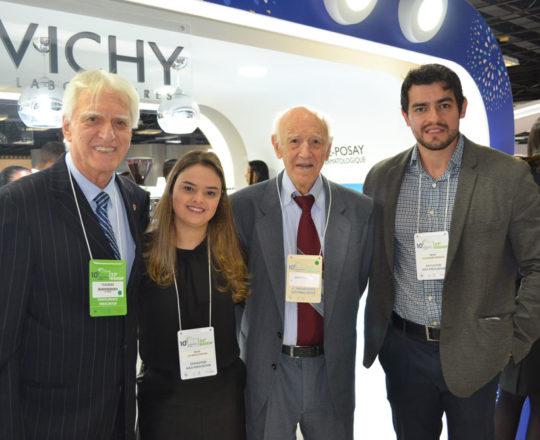 O Prof. Dr. Luiz Jorge Fagundes, Coordenador Científico do CEADS, o Sr. Juca Fagundes, Colaborador do CEADS e os Representantes do Laboratório Vichy, Lucimara e Alexandre, durante a 22 RADESP.