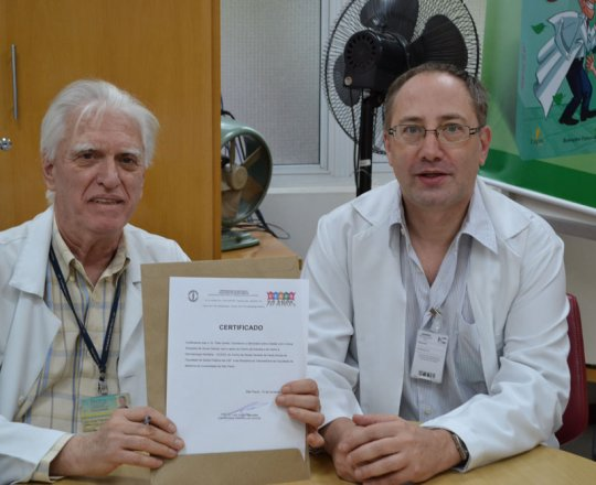 """O Prof. Dr. Luiz Jorge Fagundes, Coordenador Científico do CEADS, fez a entrega do Certificado de Palestrante  do tema: """"Situações de Abuso Sexual"""",ao Dr. Theo Lerner."""