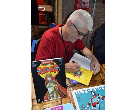 O Artista Plástico Franco de Rosa, autografando seu Livro durante o Evento de Lançamento.