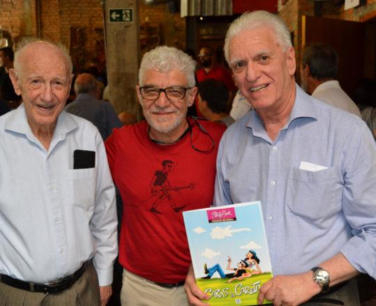 """O Artista Plástico Franco de Rosa, ao lado de Juca Fagundes e do Prof. Dr. Luiz Jorge Fagundes, Coordenador Científico do CEADS, com seu exemplar de """"Caras e Caretas""""."""