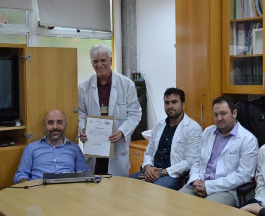 "O Prof. Dr. Luiz Jorge fagundes, entrega ao Prof. Gustavo Ferreira o Certificado de Palestrante do Tema: ""Aspectos Jurídicos da Responsabilidade Médica""."
