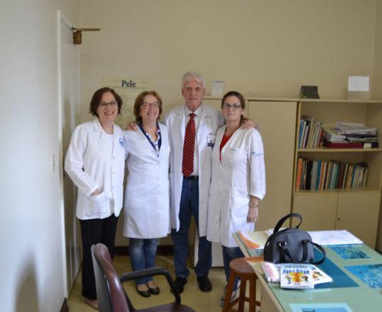 O Prof. Dr. Luiz Jorge Fagundes e as Médicas Voluntárias Colaboradoras do CEADS, a Dra. Sandra Barbosa, a Dra. Haya Runbistein e a Dra. Alba Clausen, durante a Campanha de Prevenção ao Câncer da Pele.