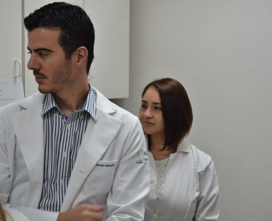 Os Estagiários de DST de janeiro de 2018, durante a apresentação do acervo de Lâminas do CEADS, nas dependências do Laboatório de DST do Centro de Saúde Escola Geraldo de Paula Souza da Faculdade de Saúde pública da USP.