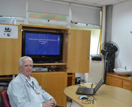 """O Prof. Dr. Luiz Jorge fagundes, Coordenador Científico do CEADS, durante a Palestra sobre a infecção pelo """"HPV""""."""