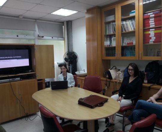 """A Profa. Nathalia Traga Pinto, Colaboradora do CEADS e os Estagiários de DST de janeiro de 2018, durante a Palestra sobre """"Criocirurgia Cutânea""""."""