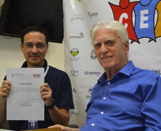 O Prof. Dr. Luiz Jorge Fagundes, Coordenador Científico do CEADS, no momento da entrega do Certificado de Colaborador Técnico ao Sr. Adriano Takiuti.
