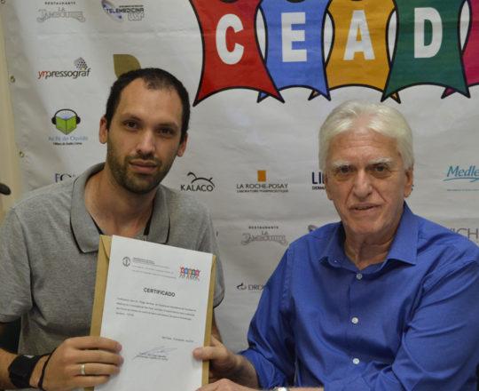 O Prof. Dr. Luiz Jorge Fagundes, entrega o Certificado de Colaborador ao Sr. Thiago Sanches da Telemedicina da USP.