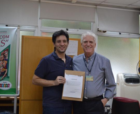 O Prof. Dr. Luiz Jorge Fagundes, Coordenador Científico do CEADS e o Prof. Gustavo Haramura,Secretário do CEADS, no momento da entrega do Certificado de Palestrante ao Prof. Gustavo.