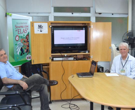 """O Prof. Lucas Blanco, Tesoureiro do CEADS e o Prof. Dr. Luiz Jorge Fagundes, Coordenador Científico do CEADS, durante a Palestra sobre """"Negociação e Persuasão""""."""