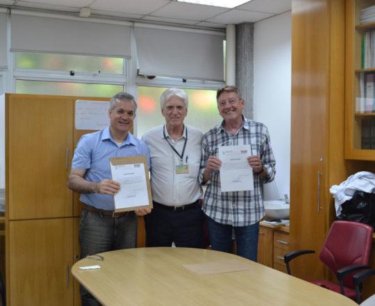 O Prof. Dr. Luiz Jorge Fagundes, Coordenador Científico do CEADS, no momento da entrega dos Certificados de Palestrantes aos professores Lucas Blanco e Jorge Luiz Brolio. Grato. Fagundes