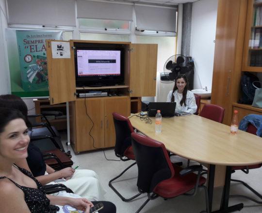 """A Profa. Nathalia Targa Pinto, Colaboradora do CEADS e os Estagiários de DST, durante a Palestra sobre """" A Situação Atual da Sífilis do Brasil."""
