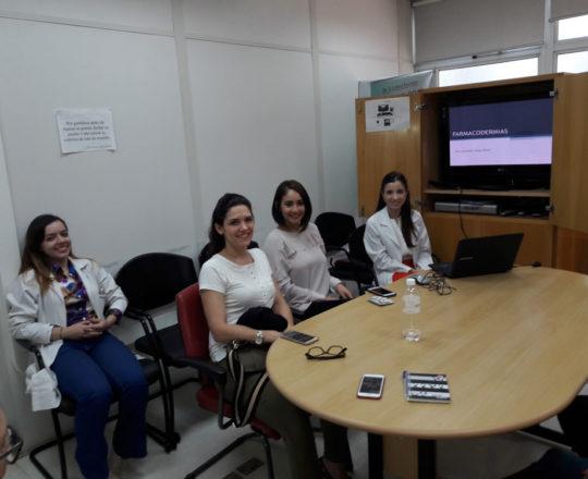 """A Profa. Nathalia e os Estagiários de DST de janeiro de 2018, durante a Palestra sobre """"Farmacodermias""""."""