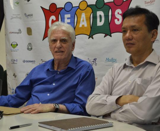 """O Prof. Dr. Luiz Jorge Fagundes, Coordenador Científico do CEADS e o Prof. Dr. Chao Lung Wen, Responsável pela Disciplina de Telemedicina da USP, durante o Fórum sobre """"Dermatologia Sanitária""""."""