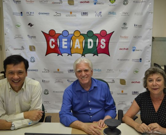 O Prof. Dr. Chao Lung Wen, o Prof. Dr. Luiz Jorge Fagundes e a Sra. Frida Strum, durante a realização do 73 Fórum de Debates do CEADS.