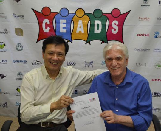 O Prof. Dr. Chao Lung Wen, recebe do Prof. Dr. Luiz Jorge Fagundes, o Certificado de palestrante do 73 Fórum de Debates do CEADS.