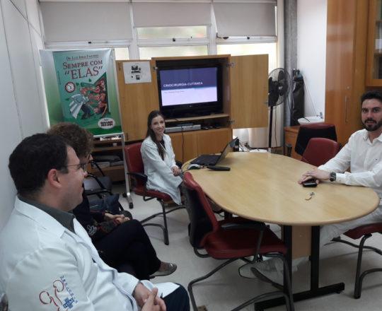 """A Profa. Nathalia Targa Pinto, Colaboradora do CEADS e os Estagiários de DST , durante a palestra sobre """"Criocirurgia Cutânea""""."""