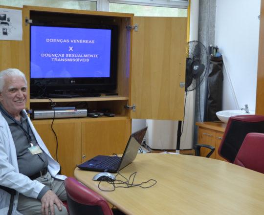 O Prof. Dr. Luiz Jorge Fagundes, Coordenador Científico do CEADS, durante a Palestra sobre Doenças Sexualmente Transmissíveis.