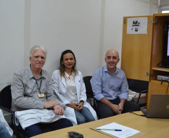 """O Prof. Dr. Luiz Jorge Fagundes, a biomédica Fatima Morais e o Advogado Gustavo Ferreira, durante a palestra sobre """"Aspectos Jurídicos da Responsabilidade Médica""""."""
