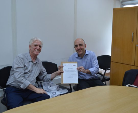 O Prof. Dr. Luiz Jorge fagundes, Coordenador Científico do CEADS, no momento da entrega do Certificado de Palestrante ao Advogado Gustavo Ferreira.