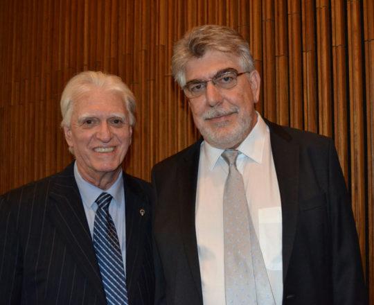 O Prof. Dr. Victor Wunsch Filho Digníssimo Diretor da FSP USP e o Prof. Dr. Luiz Jorge Fagundes, Coordenador Científico do CEADS e homenageado pela Faculdade.