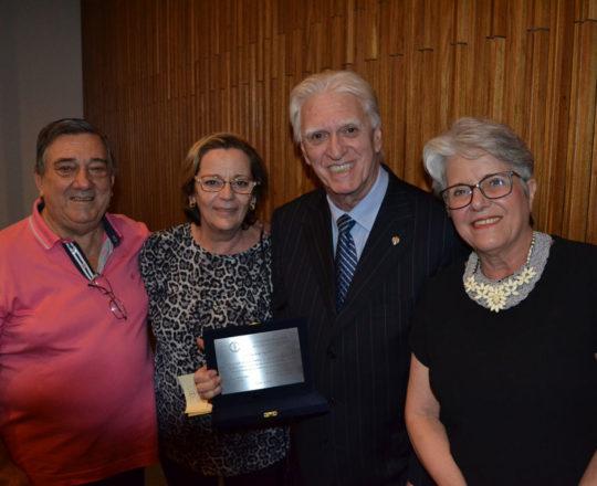 O Prof. Dr. Luiz Jorge Fagundes de posse de sua condecoração ao lado dos amigos, Tito e Izilda Miranda e Maria Haramura, Colaboradores do CEADS.