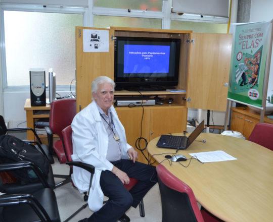 O Prof. Dr. Luiz Jorge fagundes, Coordenador Científico do CEADS, durante a apresentação da Palestra sobre Infecção pelo HPV.