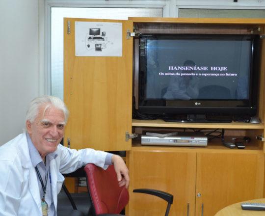 "O Prof. dr. Luiz Jorge Fagundes, Coordenador Científico do CEADS, durante a exposição do vídeo sobre ""Hanseníase"" ."