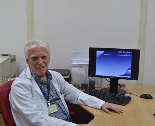 """O Prof. Dr. Luiz Jorge Fagundes, Coordenador Científico do CEADS, durante a apresentação da Palestra sobre """"Sífilis Congênita""""."""