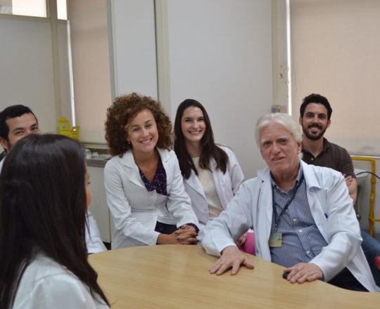 """Os Estagiários de DST de fevereiro de 2018 do Centro de Saúde Escola Geraldo de Paula Souza e o Prof. Dr. Luiz Jorge Fagundes, durante a Palestra sobre """"A Situação Atual da Sífilis Congênita no Brasil""""."""