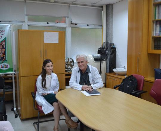 O Prof. Dr. Luiz Jorge fagundes, Coordenador Científico do CEADS e a Dra. Nathalia Targa Pinto, Colaboradora do CEADS e prtencente ao quadro clínico do Centro de Saúde, na área de Dermatologia Sanitária, durante a recepção aos Estagiários de DST de fevereiro de 2018.